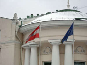 Австрийское Посольство хотело бы четко указать на то, что все услуги, предлагаемые за пределами здания консульства, не лежат входят в ответственность консульского отдела, поэтому консульский отдел не несет за них ответственность