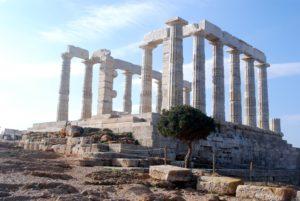 Теплое весеннее солнце вкупе с осмотром древнегреческих развалин в Афинах подарит детям прекрасные воспоминания о чудесно проведенном отдыхе