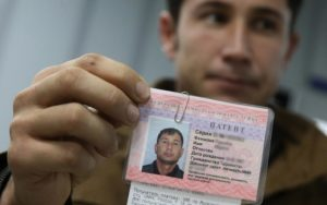 Жители государств, въехавшие в Россию без визы, должны начать оформление трудового патента в первый же месяц пребывания, но сначала каждый иностранный гражданин должен встать на миграционный учет